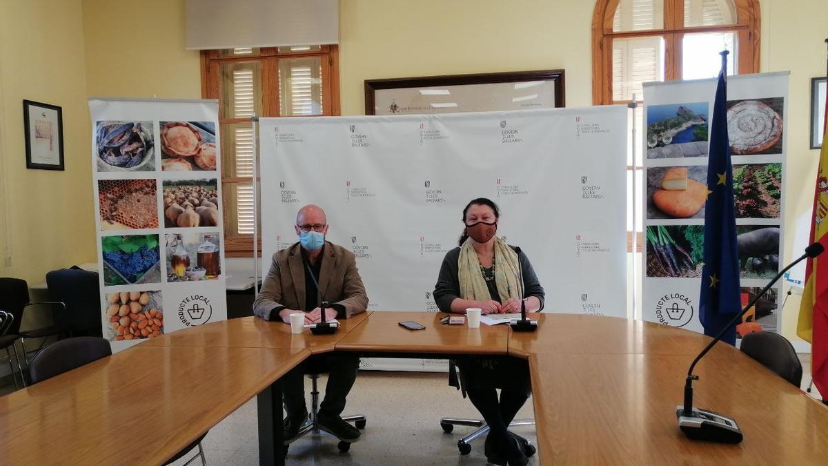 El director general de Agricultura, Fernando Fernández, y la consellera Mae de la Concha presentando el plan de choque
