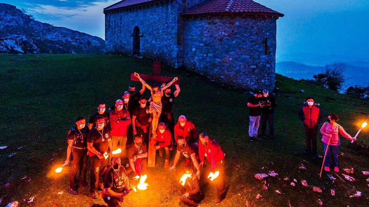 Los miembros de la cofradía,  ante la ermita de la Magdalena.   Hermandad de los Estudiantes