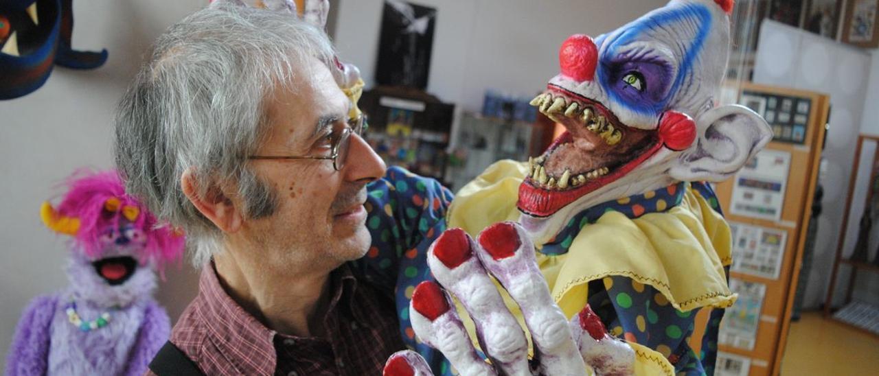 El taller y museo de Títeres de Samartino: Joaquín Hernández con un títere.