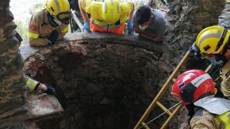 Rescaten dues persones que cauen a un pou a Roses mentre intentaven apagar un foc
