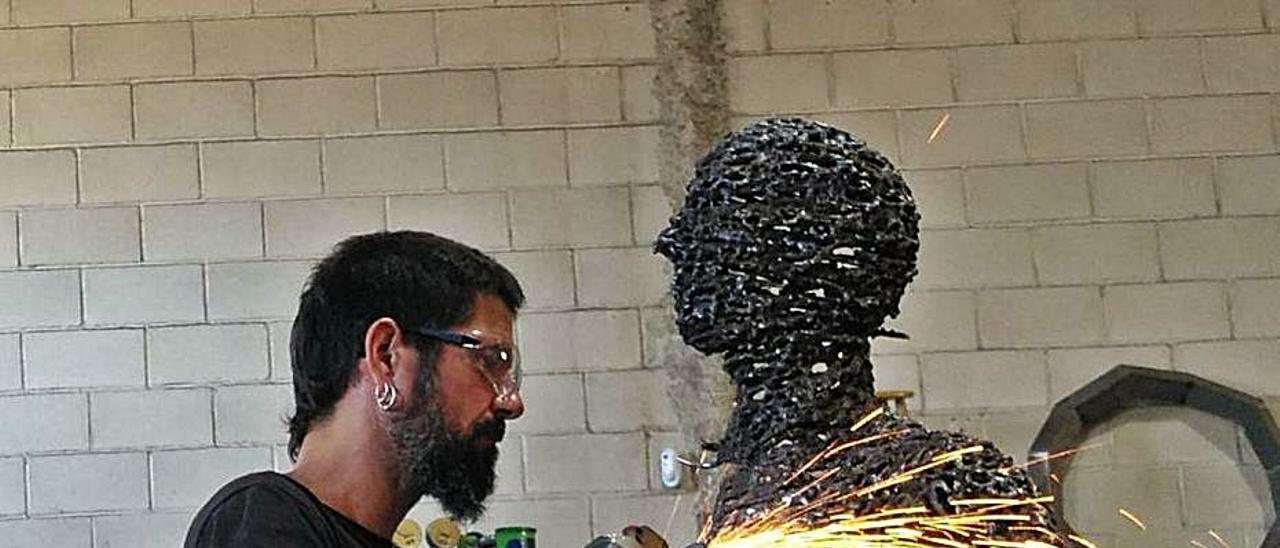Ferran Molió, en la elaboración del memorial que se pondrá en el ayuntamiento. A la derecha, Fernando Seguí.