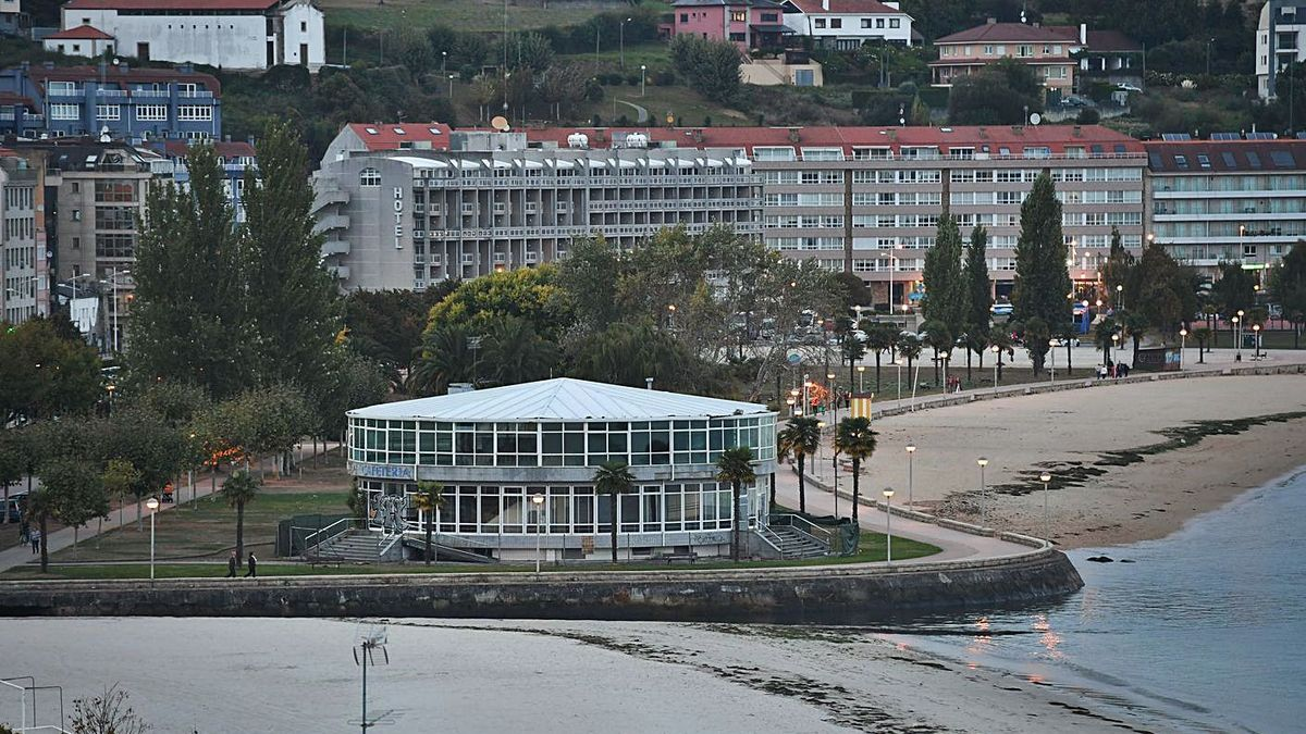 Vista del edificio de El Náutico, en el paseo marítimo de Sada, pendiente de derribo. |   // CARLOS PARDELLAS
