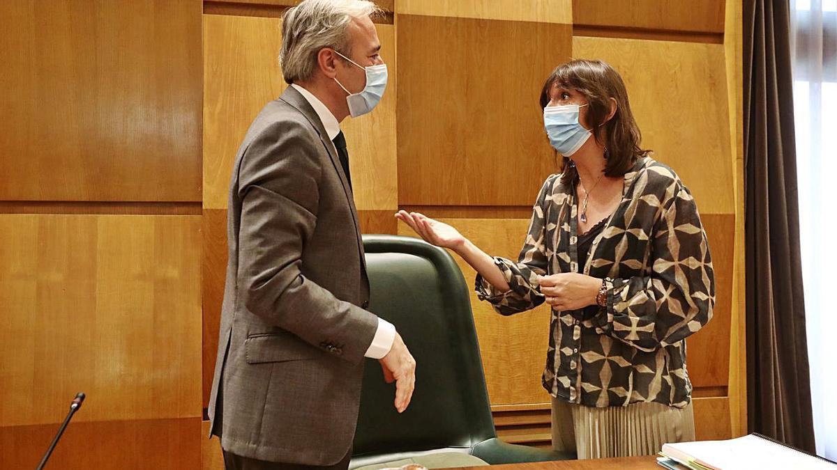 El alcalde, Jorge Azcón y la portavoz del grupo municipal socialista, Lola Ranera, en un pleno hace unos meses.  | ANDREEA VORNICU