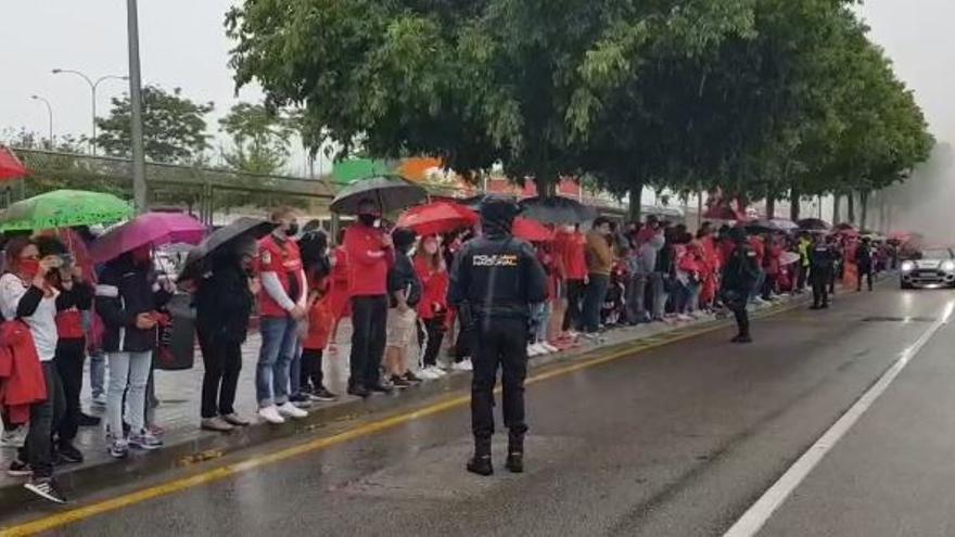 La afición del Real Mallorca recibe a los jugadores en Son Moix pese a la lluvia