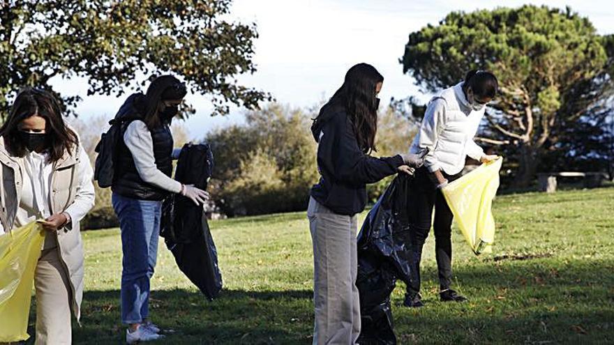 Jornada de recogida de plásticos en el área del Monte Deva