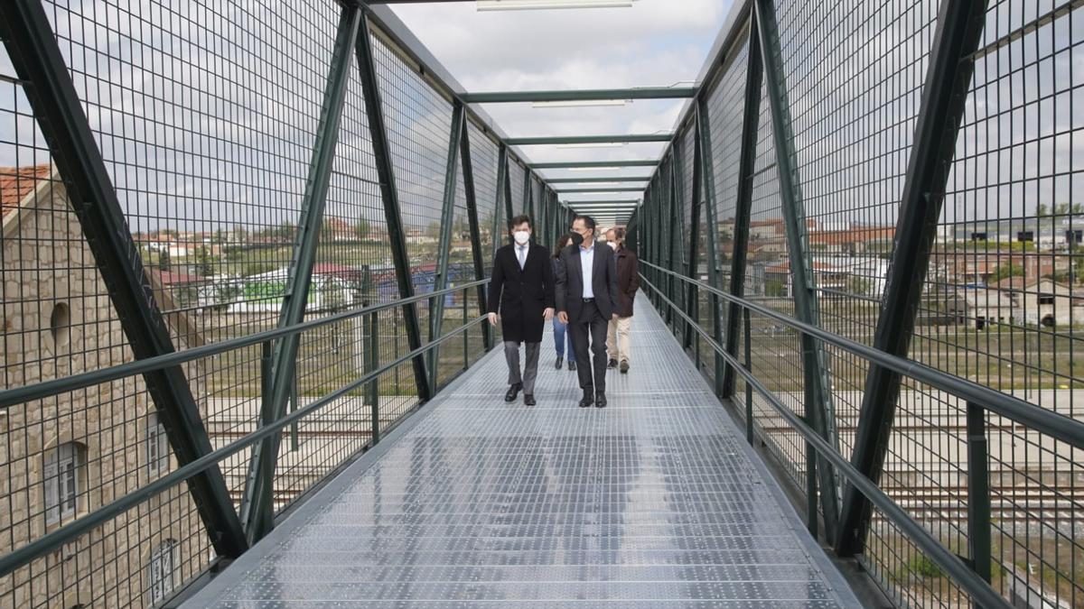 Juan Pablo Álvarez y Ángel Blanco en la pasarela de Adif