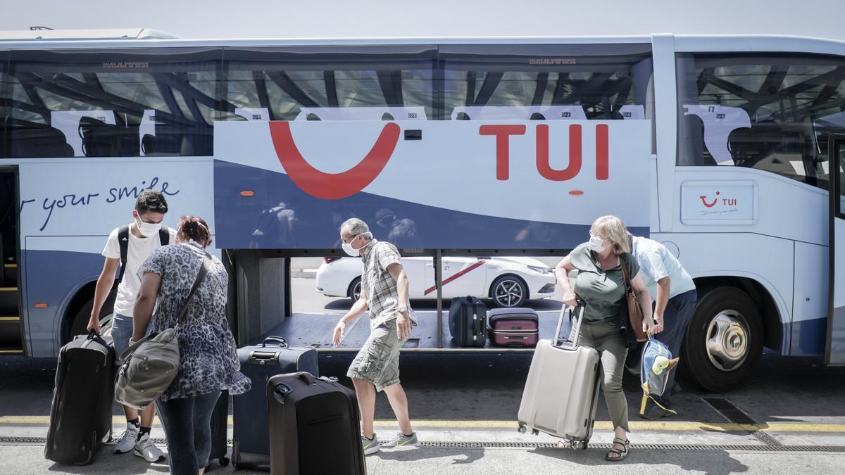 Clientes de TUI en el aeropuerto de Palma.