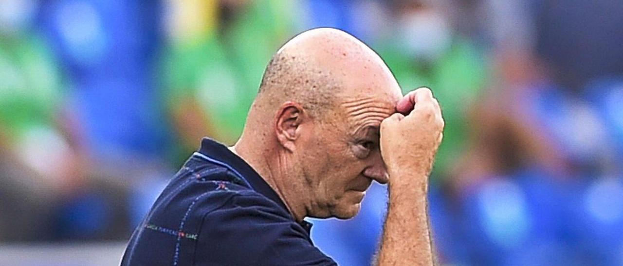 Pepe Mel, técnico de la UD, pensativo en el choque del sábado pasado ante el Ibiza en el Gran Canaria. | | ANDRÉS CRUZ