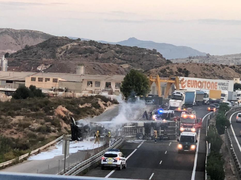 El camión procedente de València transportaba balas de plástico, de ahí la dificultad en apagar el fuego.