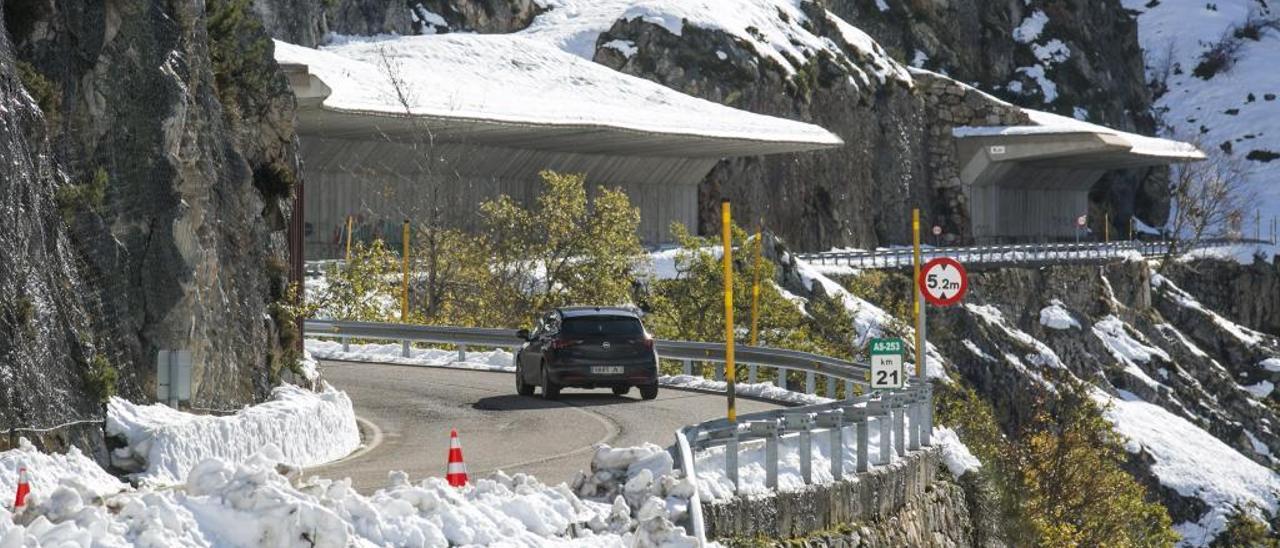 Las viseras antialudes de San Isidro al fondo, y restos de la nieva del alud en primer término, en la mañana de ayer, en la carretera.