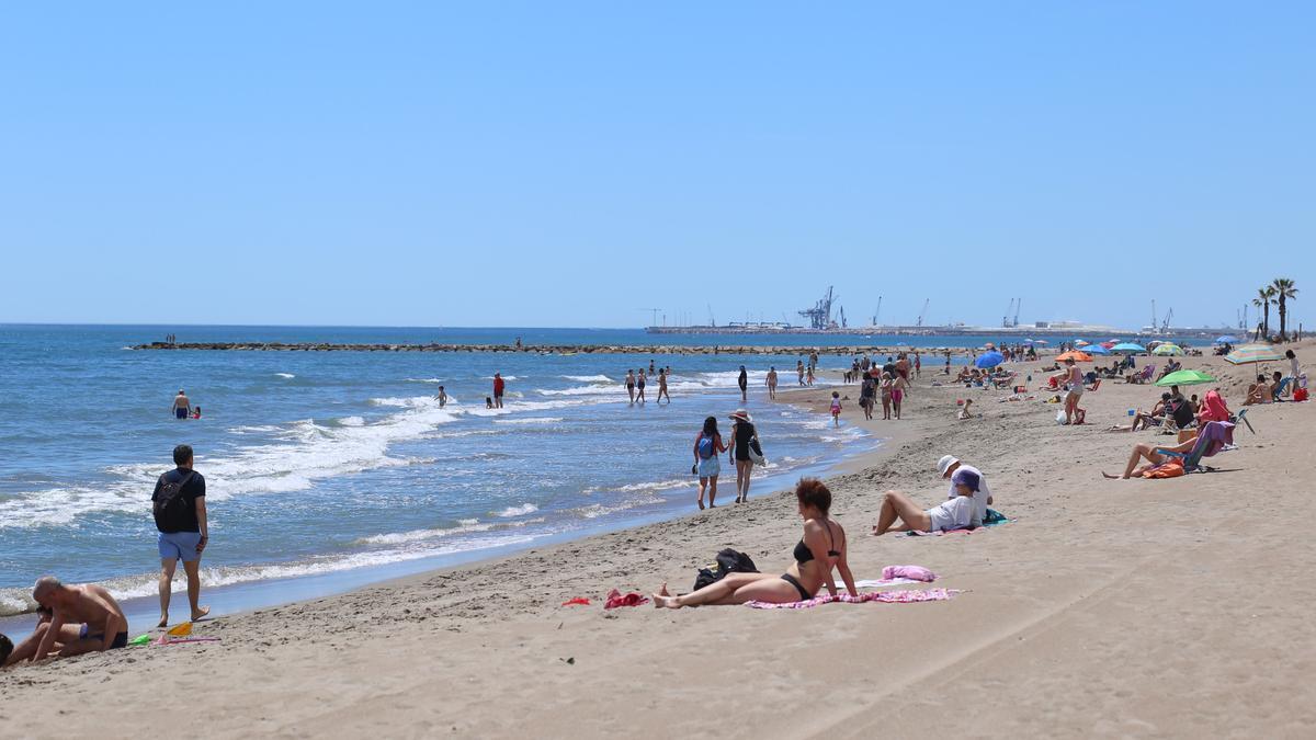 El buen tiempo ha invitado a saborear las playas en esta jornada dominical.