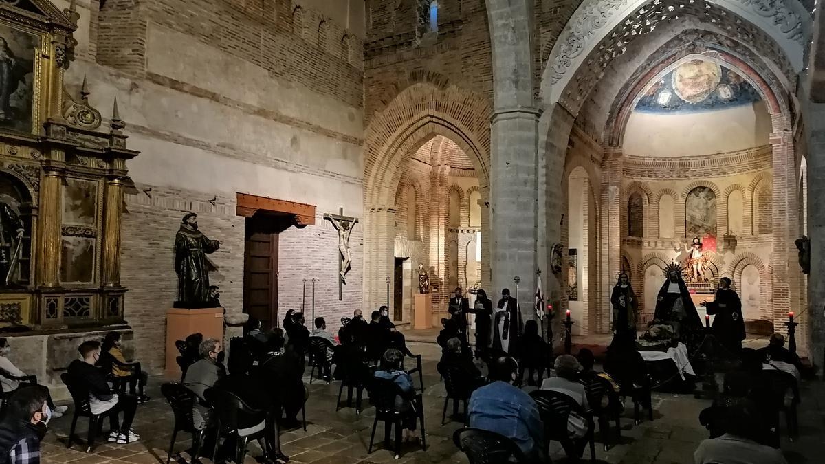 Cofrades y fieles siguen con atención el acto del rezo del Vía Crucis en el Santo Sepulcro