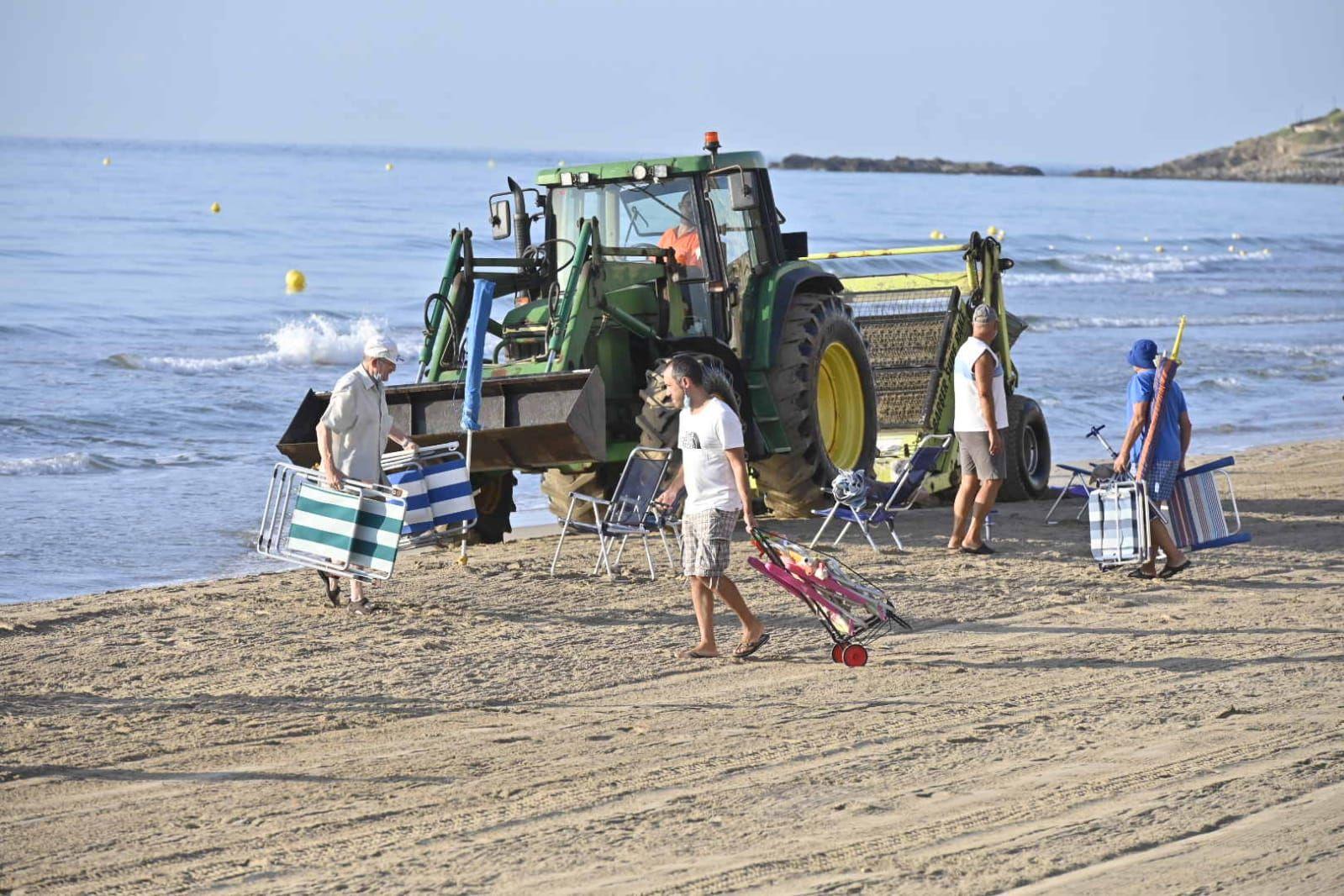 Los agentes actúan para evitar que los usuarios reserven primera línea de playa con las sombrillas