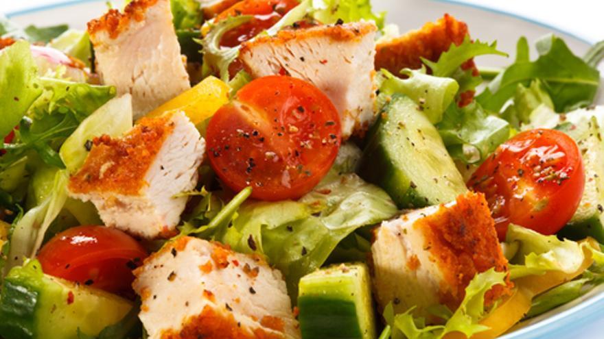 Caesar Salad mit Avocado & Schinkenspeck