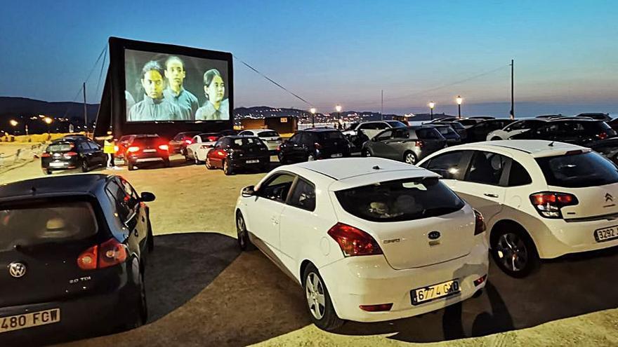 El autocine feminista reúne cien vehículos en Praia América