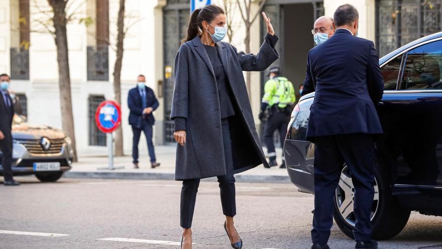 La Reina Letizia recupera su traje más sobrio de Hugo Boss