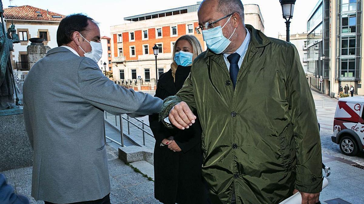 El vicepresidente Igea saluda al presidente de la Diputación de Soria durante su visita a la ciudad ayer.  