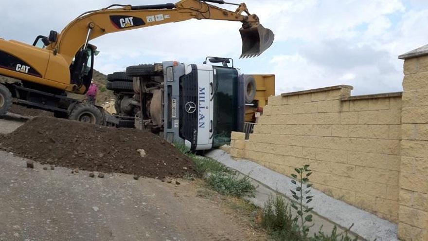 Un camión se desploma contra el muro de la Protectora