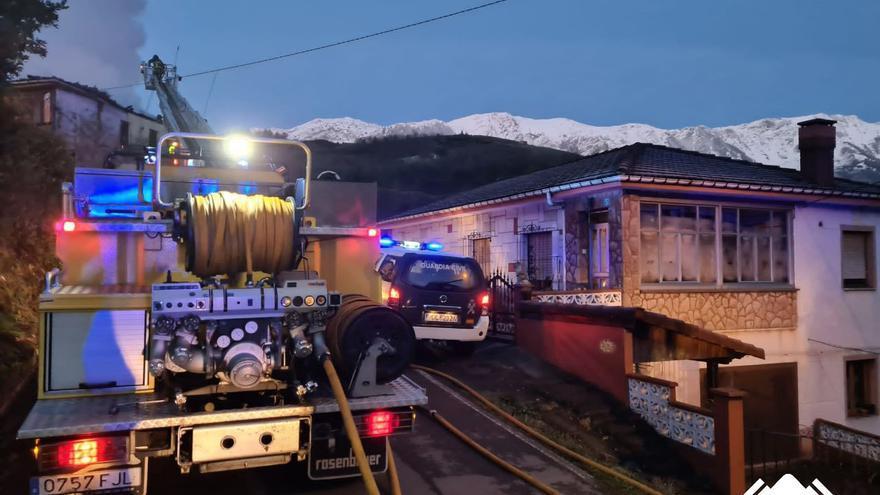 Un incendio de madrugada calcina una casa de dos plantas en Riosa