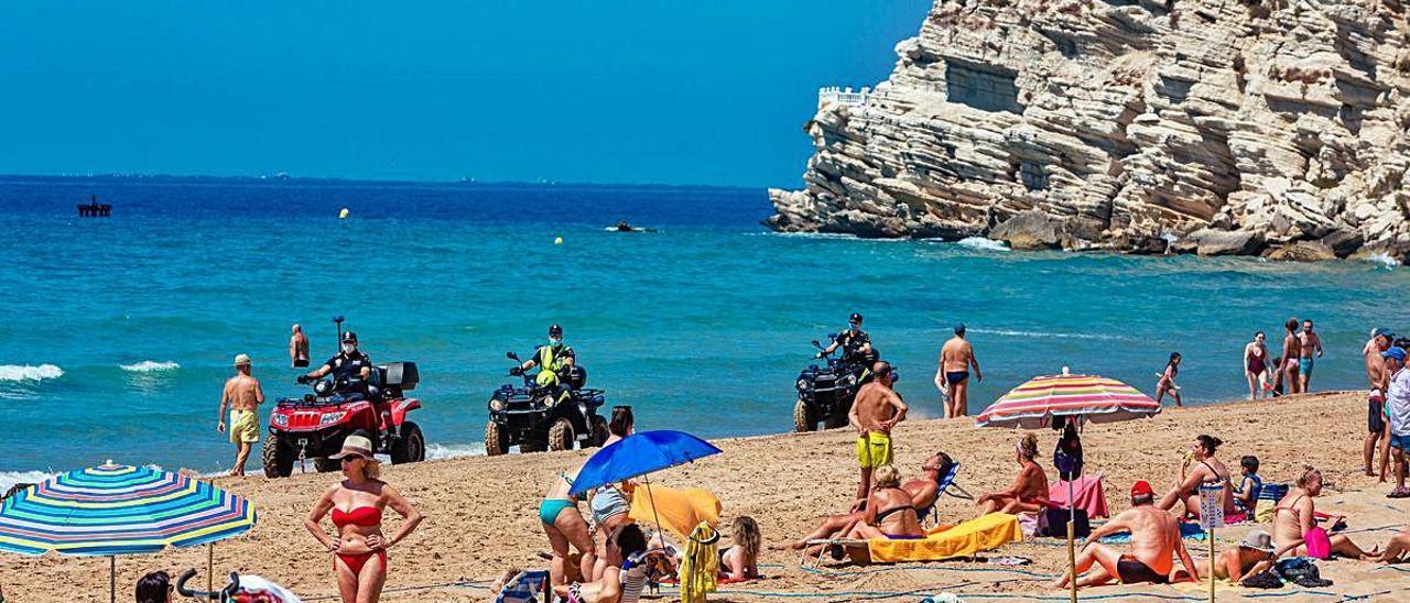 Tres agentes de la Policía Local patrullan en «quad» por una de las playas de Benidorm en las que se ha intensificado la vigilancia. DAVID REVENGA