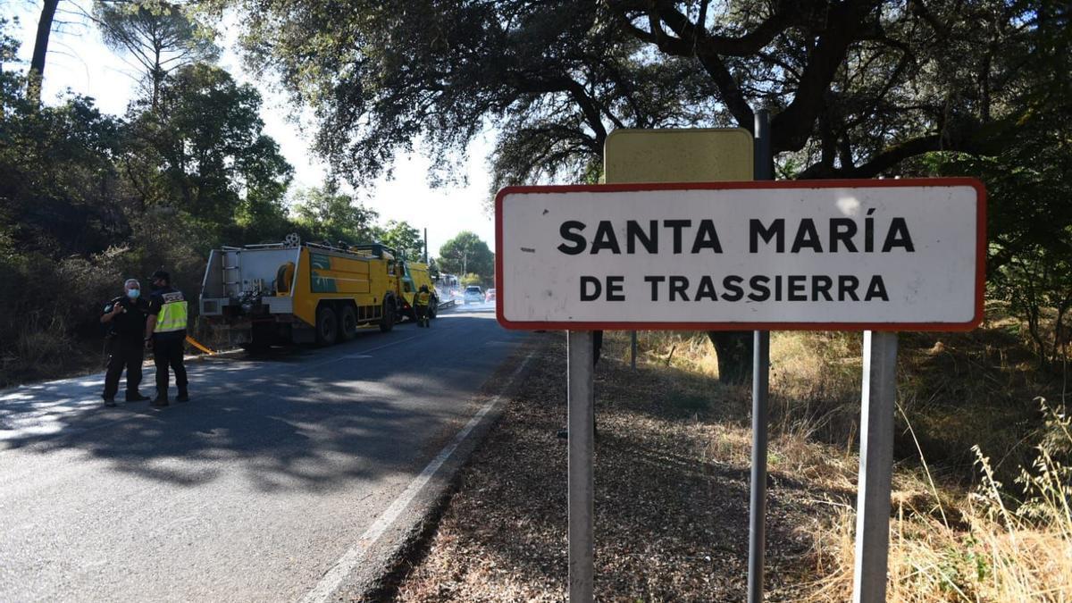 Efectivos de bomberos el pasado lunes en Trassierra.