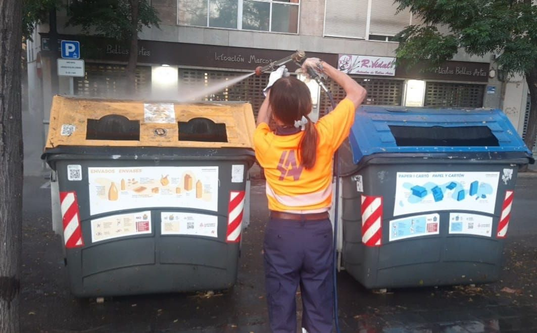 Dos operativos de limpieza en marcha en los barrios de València afectados por el cotonet y el botellón
