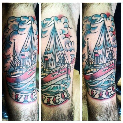 Barco navega sobre la Ría de Vigo. // Nortes (Tatuajes Costa Oeste)
