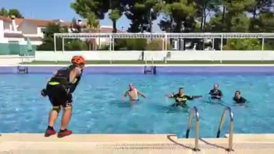 Un grupo de ciclistas se baña en una piscina clausurada por el coronavirus en Valencia