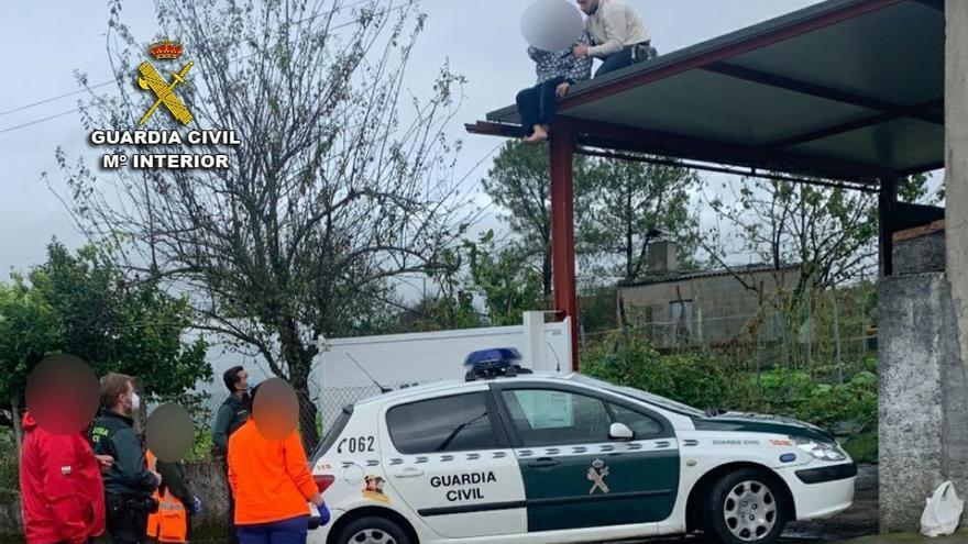 Un guardia civil rescata a una mujer de un tejado en un alpendre de Agolada
