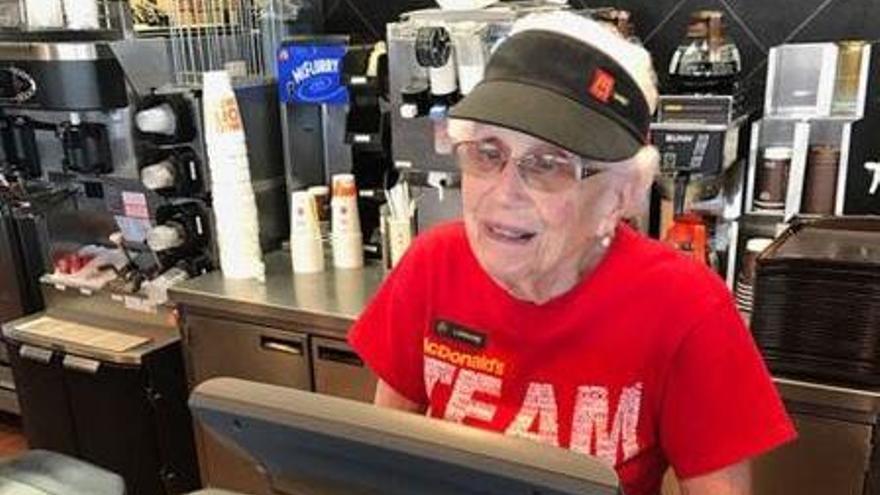Una dona de 94 anys celebra que en porta 44 treballant en un McDonald's
