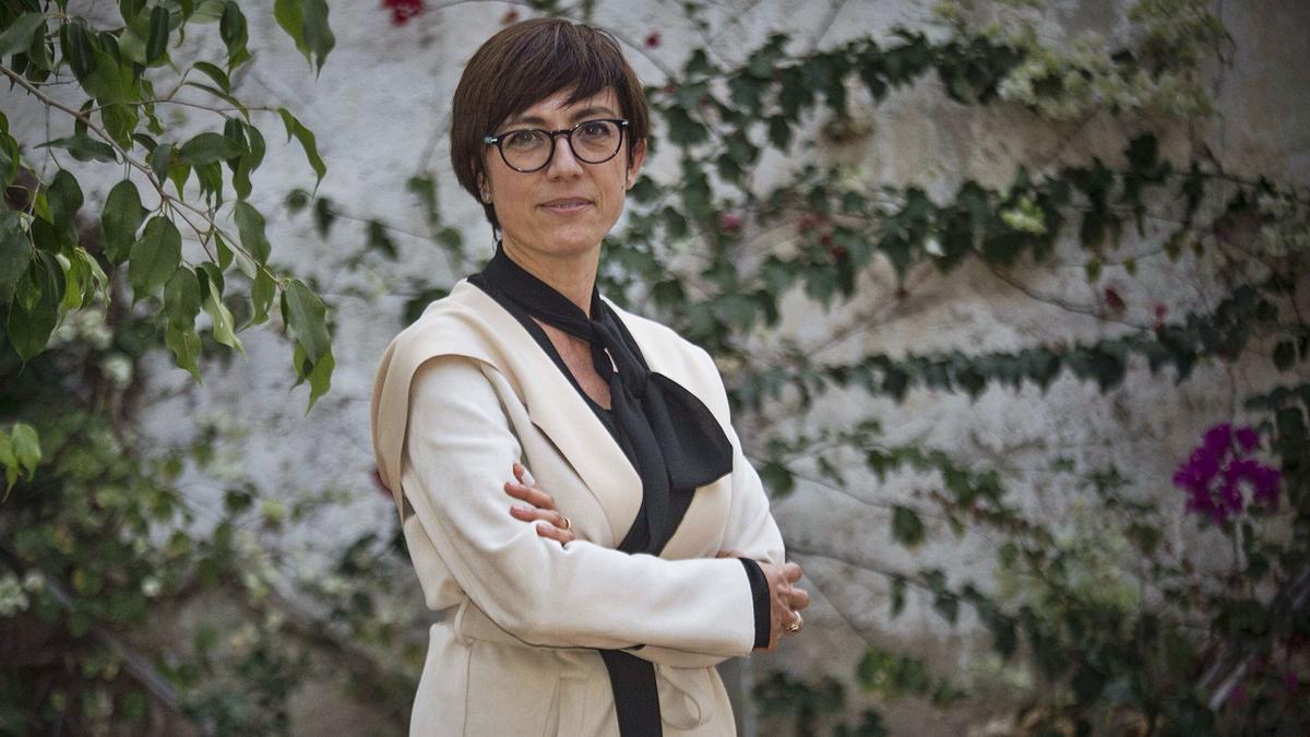 La directora general de la Guardia Civil, María Gámez, en una imagen tomada el martes en Alicante momentos antes de realizar esta entrevista.  | PILAR CORTÉS