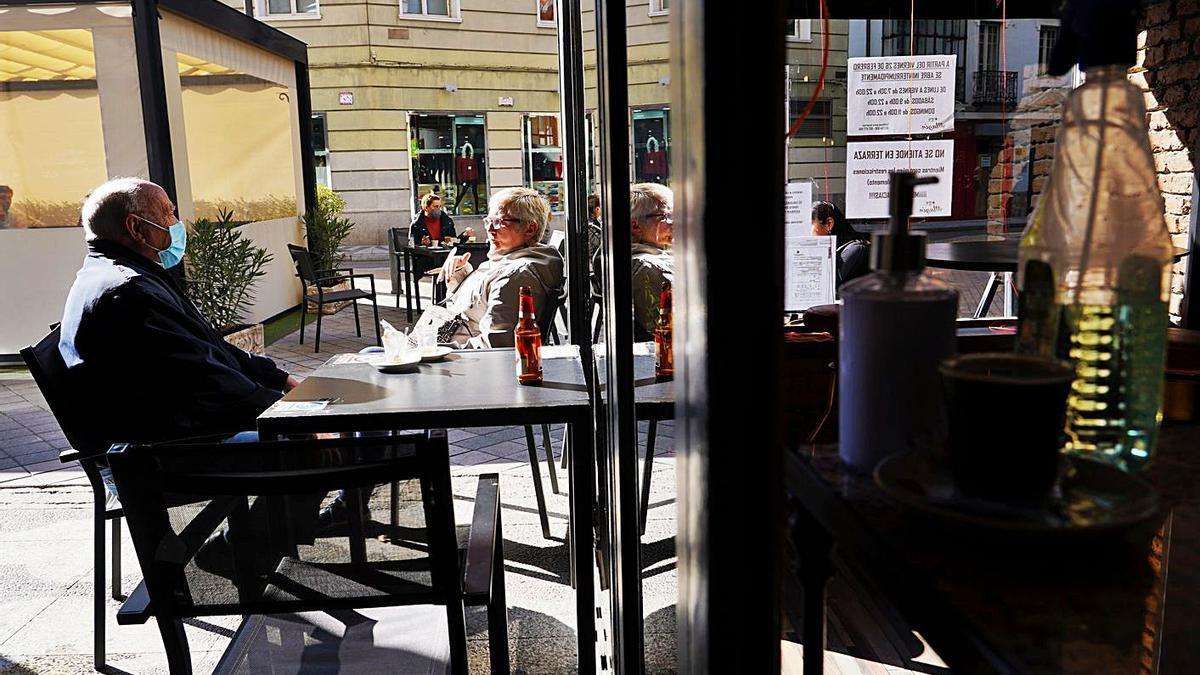 Varias personas en la terraza de un bar de Valladolid. | M. Chacón - Ical