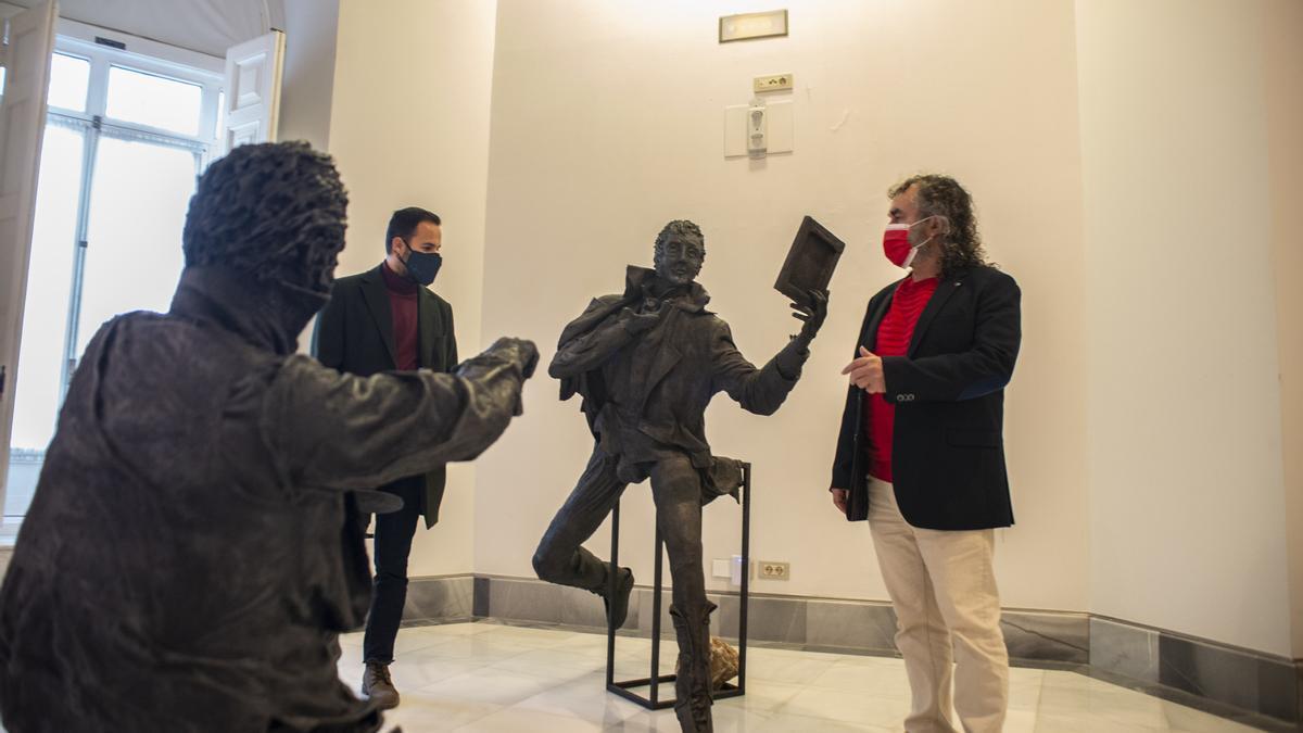Javier Lorente (d) junto al concejal de Cultura de Cartagena, durante el montaje de la exposición dedicada a Isidoro Máiquez.
