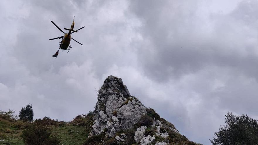 Evacuada en helicóptero tras retorcer el pie en Cullargayos (Sobrescobio)