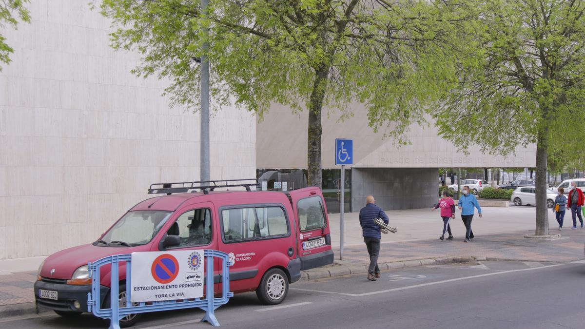 Personal del ayuntamiento lleva mobiliario al palacio de congresos para la organización del proceso de vacunación masiva.
