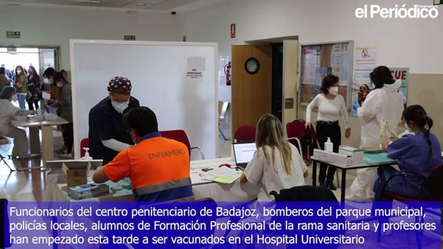 Empiezan a vacunar a bomberos, policías y funcionarios de la cárcel de Badajoz