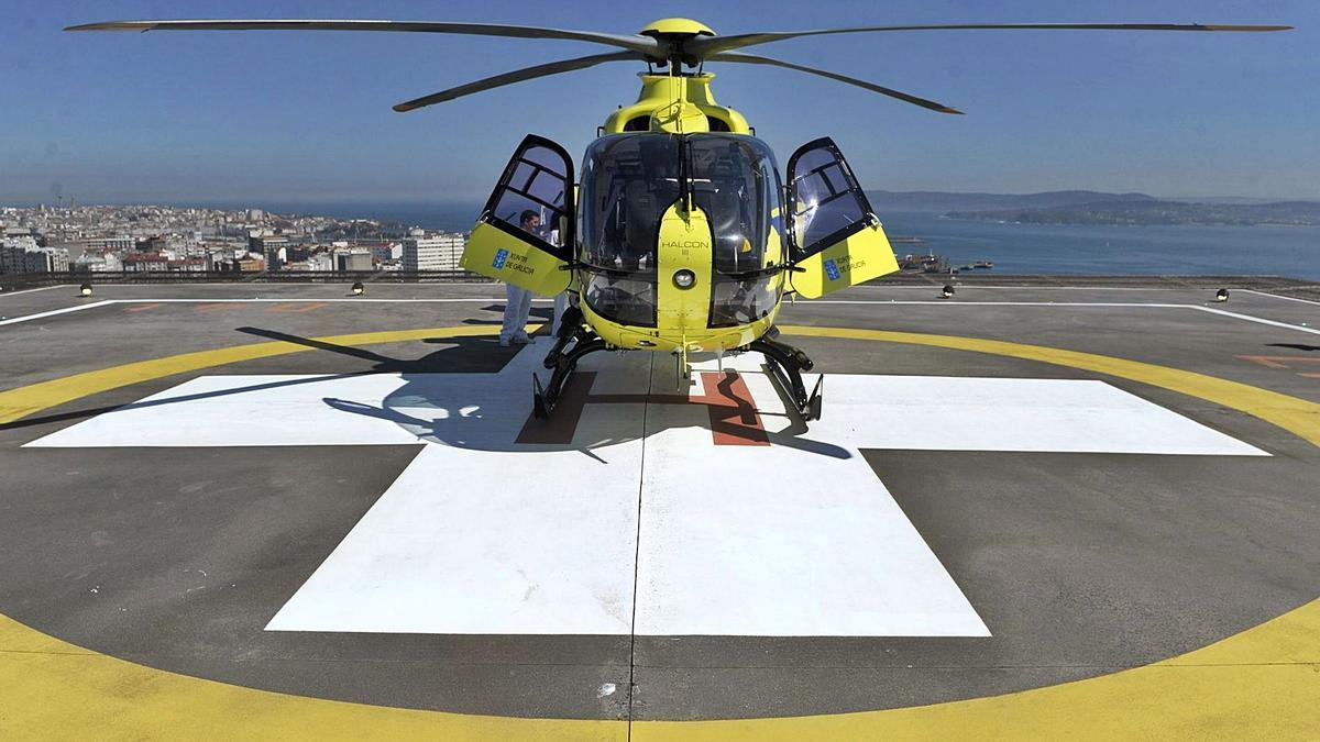 Un helicóptero de emergencias, en el helipuerto del Hospital Universitario, durante el simulacro inaugural de las instalaciones, en 2016.     // C. P.