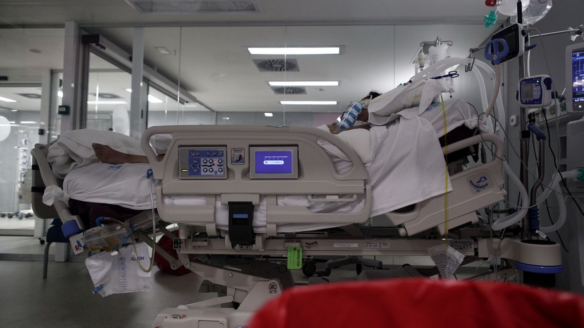 Un enfermo en la UCI del Hospital Zendal de Madrid.