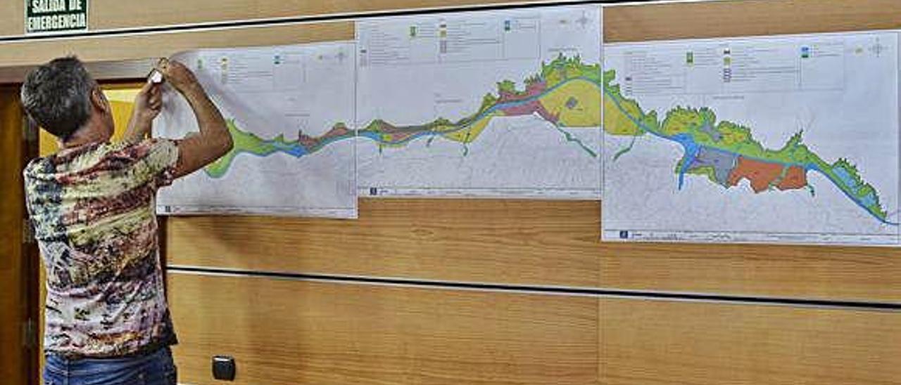 Colocación, ayer, en el edificio Insular I, de los planos del plan territorial parcial del Norte.