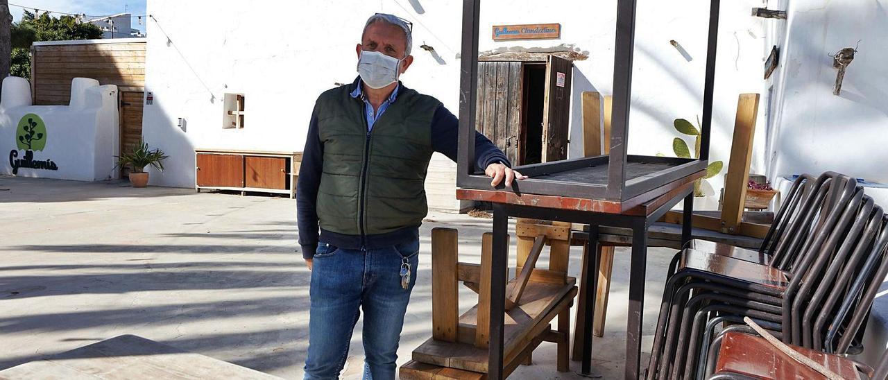 Joan Roig posa para el reportaje en su restaurante Can Guillemís, en la avenida Pere Matutes Noguera.