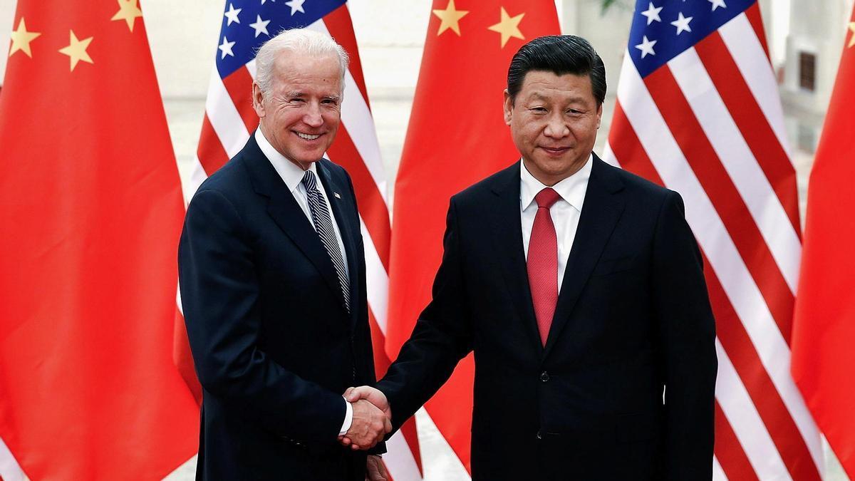 El presidente chino, Xi Jinping, saluda a Joe Biden en una imagen de 2013.
