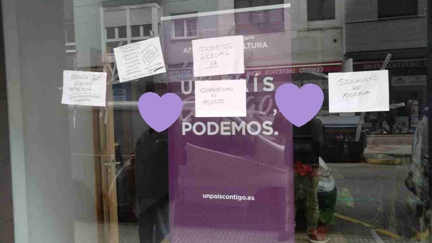 Carteles ofensivos y lanzamiento de huevos contra la sede de Podemos en Gijón