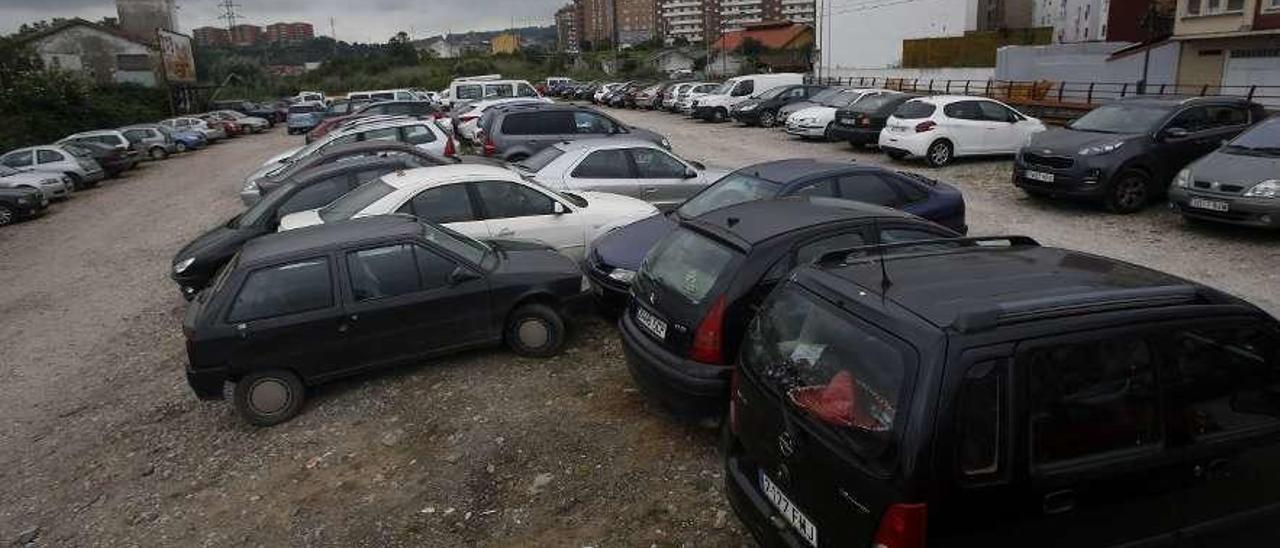 Coches aparcados ayer en las inmediaciones del apeadero de la calle del Muelle.