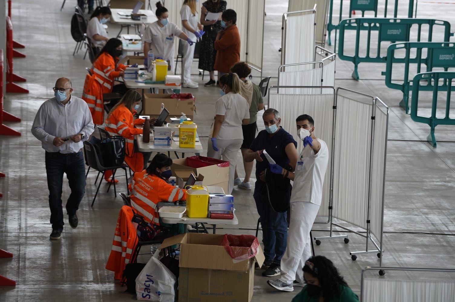 GALERÍA | Los zamoranos de 1965 y 1966 responden a la vacunación masiva en Ifeza