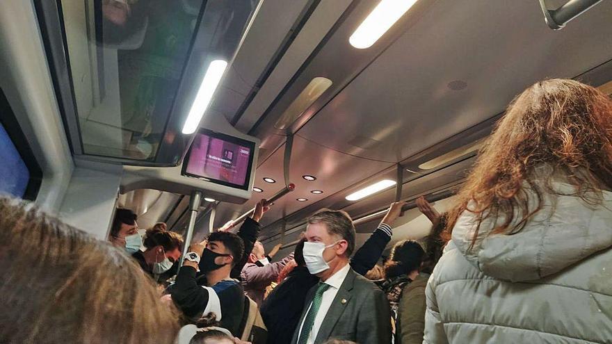 Los usuarios de la línea de tren que une Avilés con Oviedo reclaman medidas contra el covid