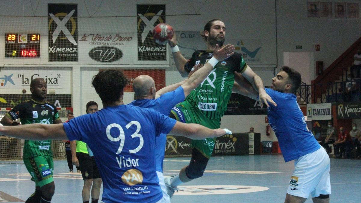 Juan Castro realiza un lanzamiento.