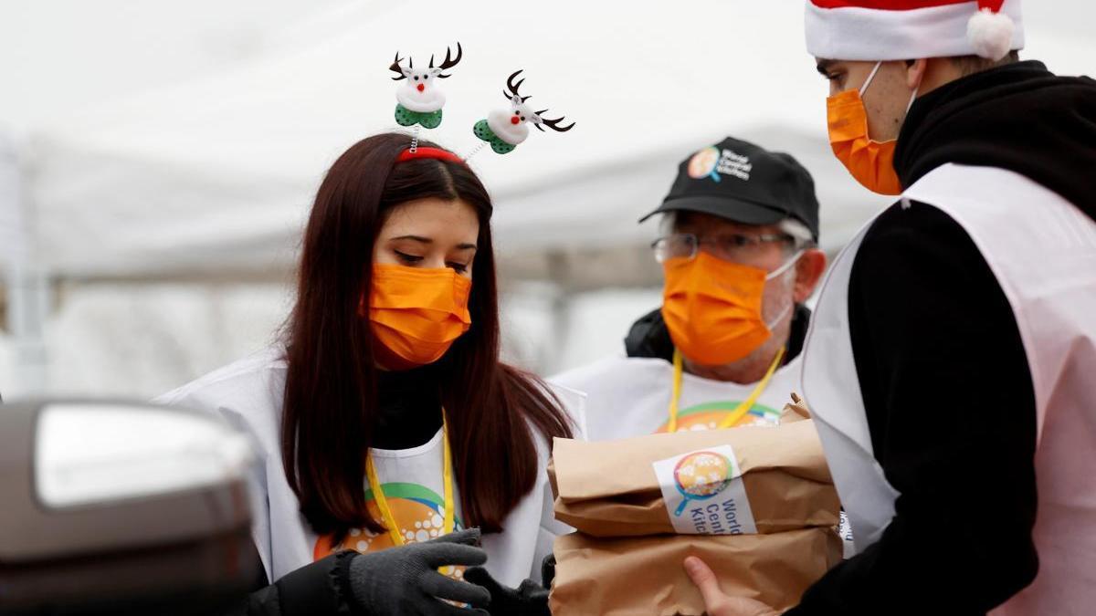 Voluntarios de World Central Kitchen reparten la comidas