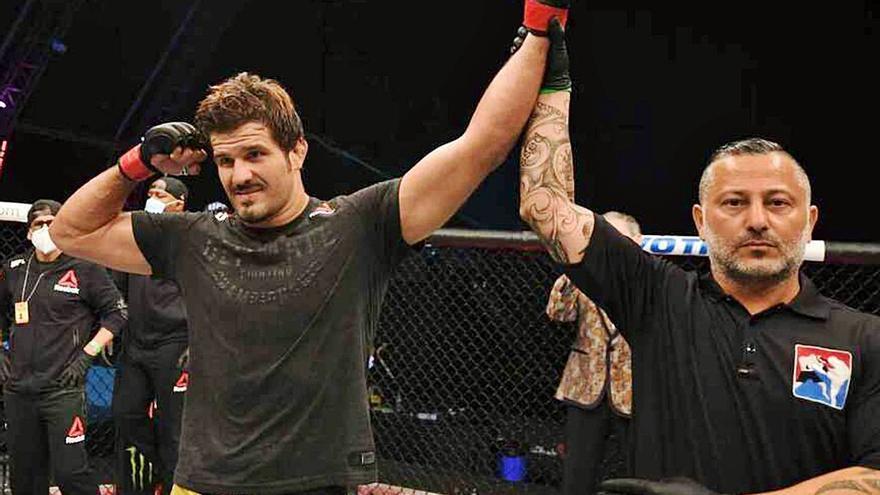 El 'Guapo' vence por la vía rápida en su regreso a la UFC