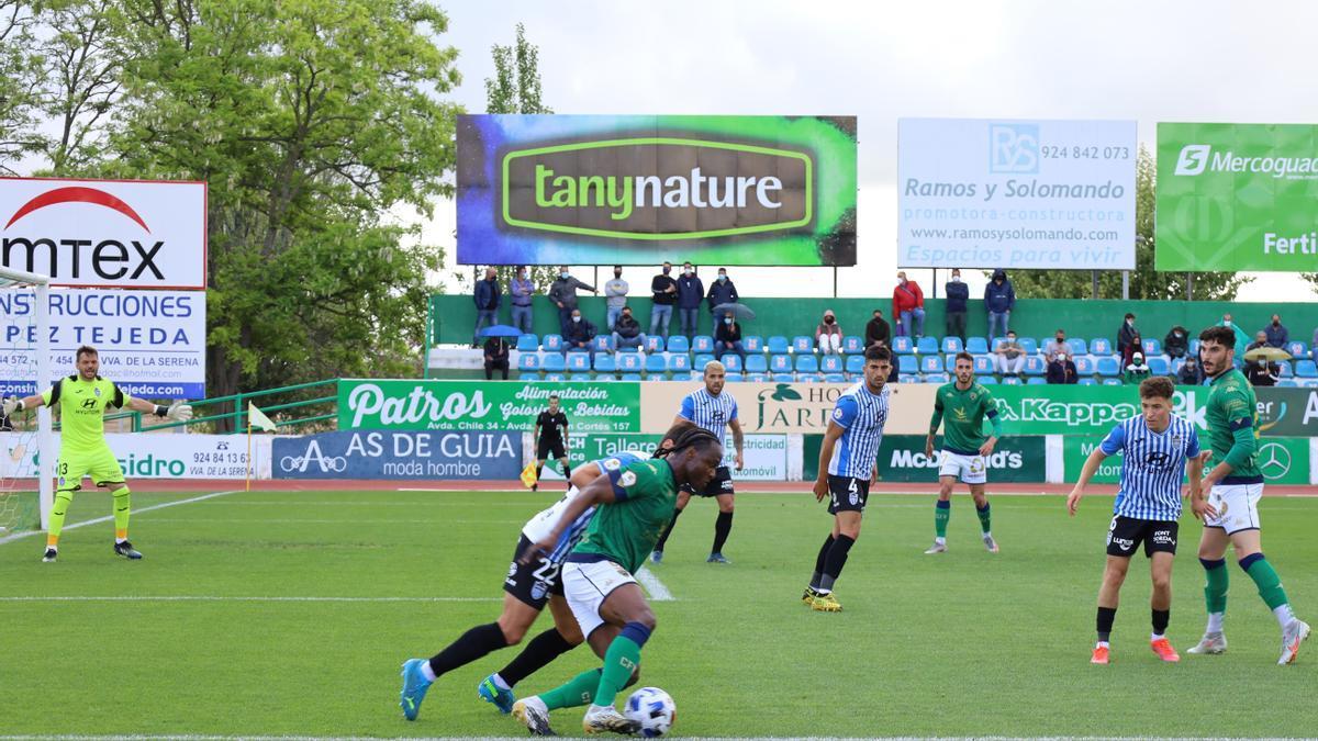 Wilson Cuero controla un balón ante la defensa del Atlético Baleares.