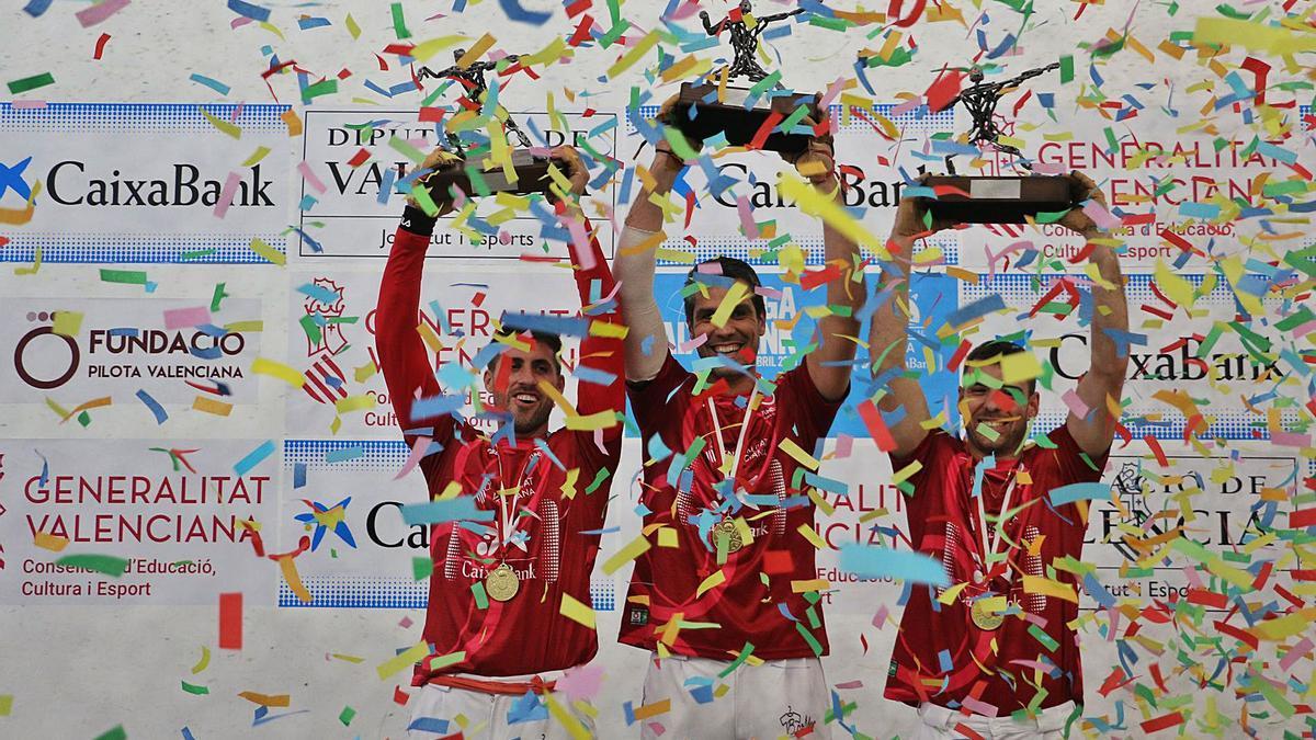 Els nous campions de la Lliga d'escala i corda en el lliurament de trofeus, ahir al trinquet Pelayo. | FUNPIVAL